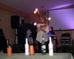 Žonglování s hořícími lahvemi při barmanské show