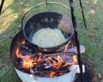 Nejlepší kotlíkový guláš 2015 - ... ještě před tím, než se zpěnila cibulka v kotlíku