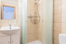 Koupelna s wc, sprchou a umývadlem