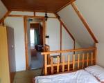 V patře chatky jsou dvě ložnice