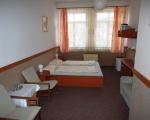 Prostorný dvoulůžkový pokoj s manželskou postelí