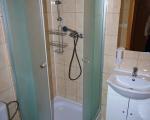 Koupelna s wc, sprchou a umyvadlem