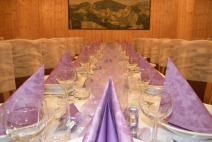 Stůl prostřený pro menší počet svatebčanů, tentokrát ve fialovém provedení